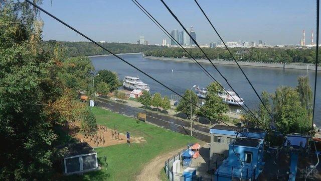 Вид с канатной дороги на Воробьёвскую набережную