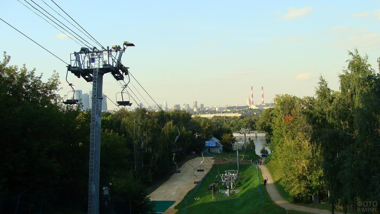 Вид с Воробьёвых гор на канатную дорогу