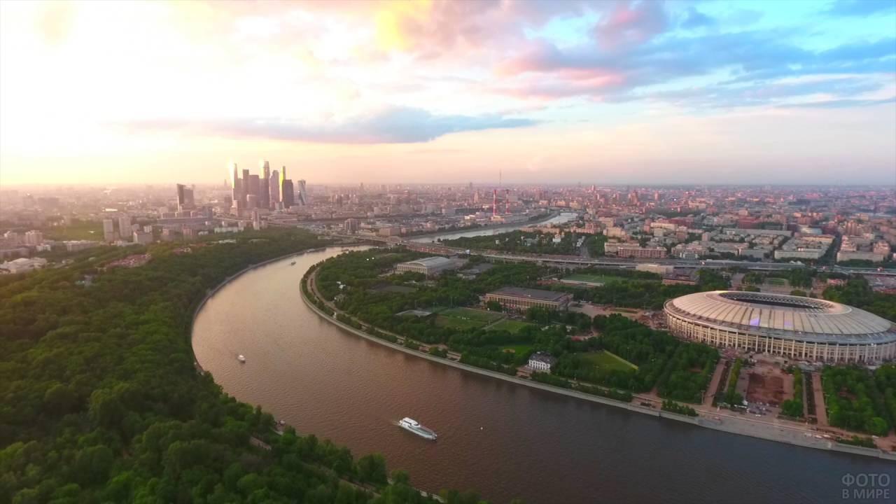 Вид с Воробьёвых гор на Лужники и Москву-реку