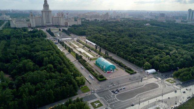 Вид с Воробьёвых гор на площадь перед МГУ