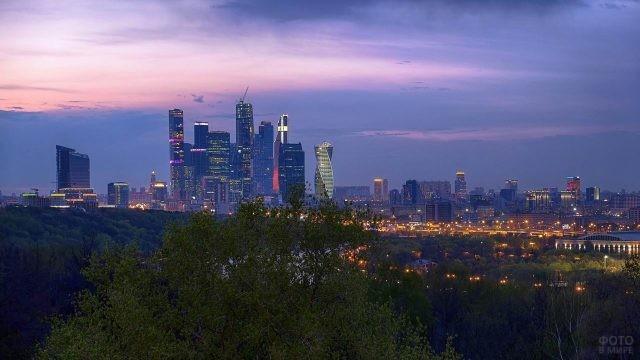 Вид с Воробьёвых гор на вечернюю Москву