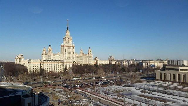 Вид с Воробьёвых гор на здание МГУ