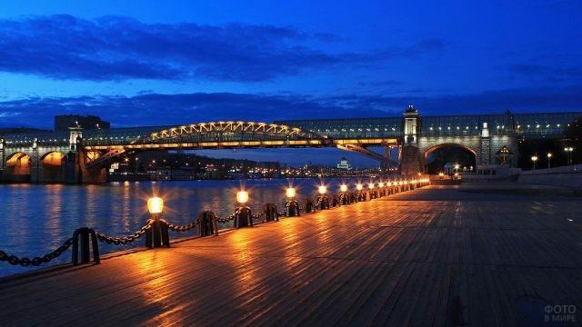 Воробьёвская набережная при вечернем освещении