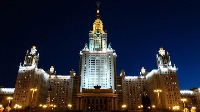 Здание МГУ при ночном освещении