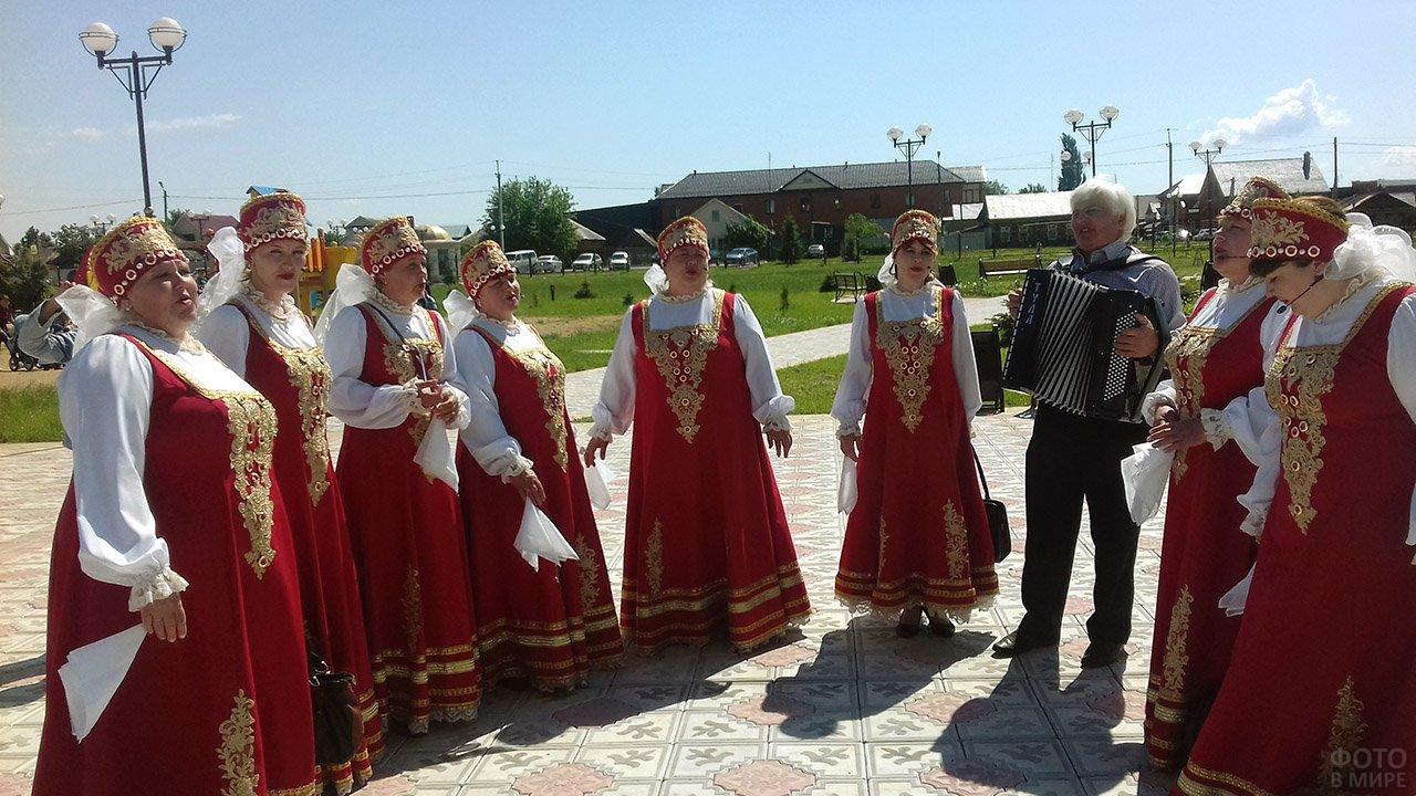 Артистки народного хора на Дне России в Татарстане