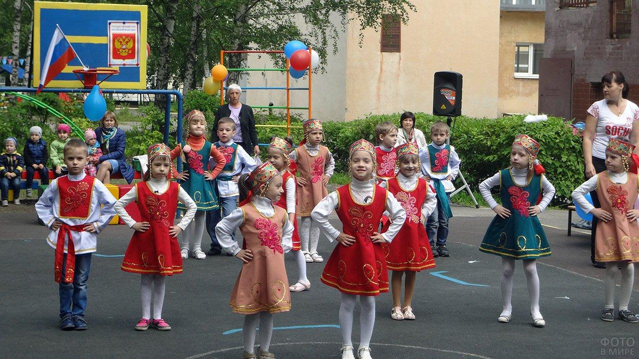 Детский танцевальный номер в День России в липецком садике