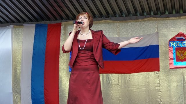 Исполнительница во время праздничного концерта на Дне России в Ленинградской области