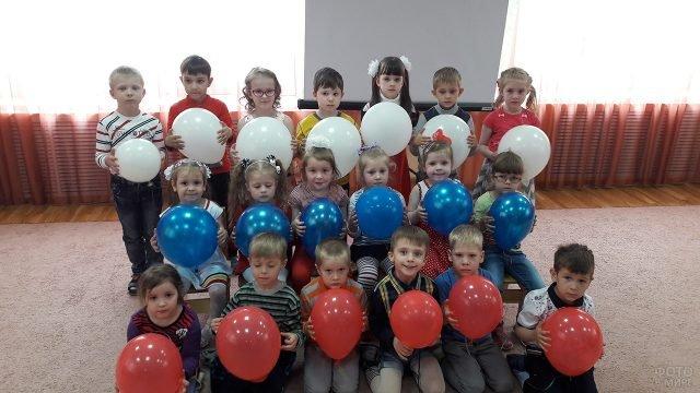 Малыши с шариками в цветах триколора отмечают День России в детском саду