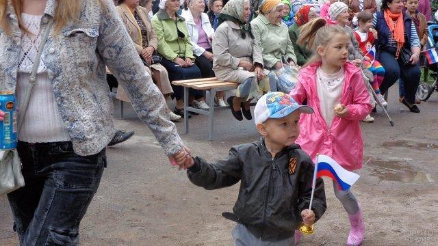 Малыши засмотрелись на сцену на празднике