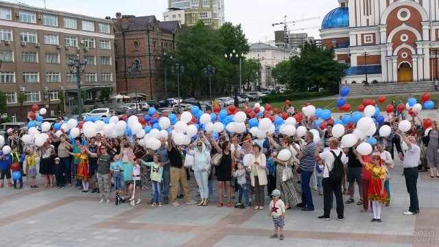 Праздничный флешмоб с триколором из воздушных шариков на Дне России в Хабаровске