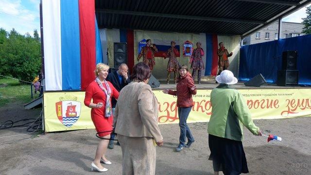 Танцы под песню народного ансамбля на Дне России в Ленинградской области