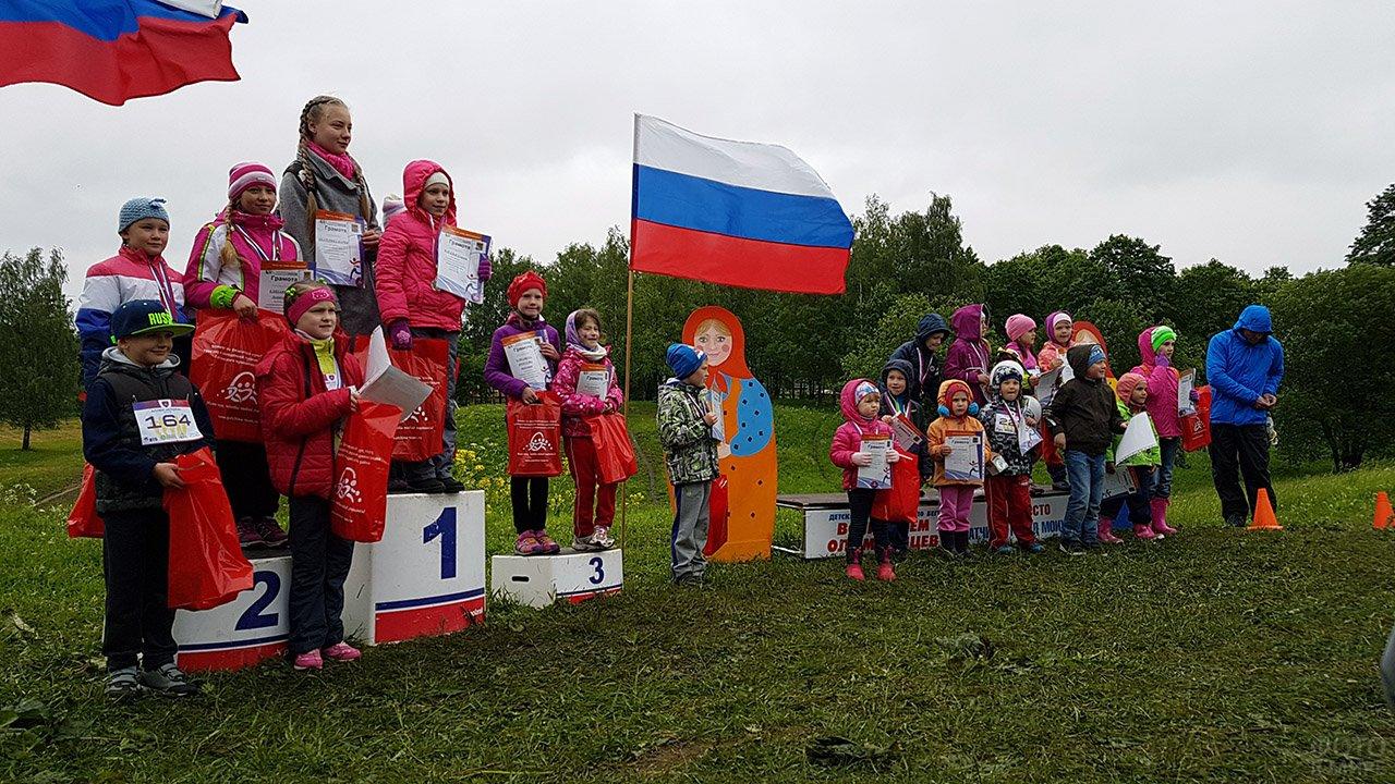 Участники и победители детского забега в честь празднования Дня России в Ленинградской области