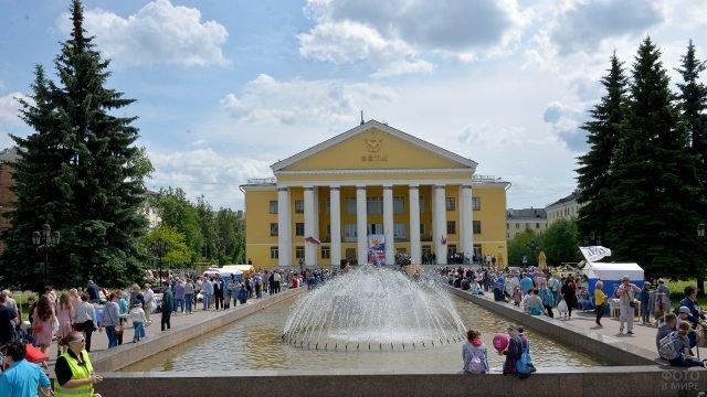 Жители подмосковного городка у фонтана в День России
