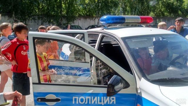 Дети с интересом изучают патрульную машину в День ГИБДД в Пермском крае