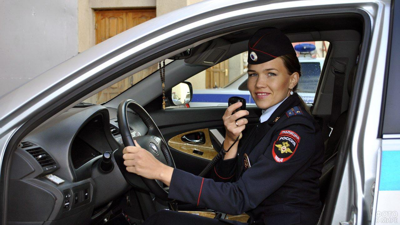 Девушка-инспектор ГИБДД за рулём патрульной машины