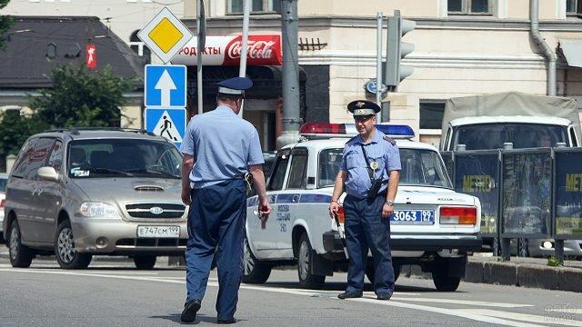 Два сотрудника ГИБДД на улице Москвы
