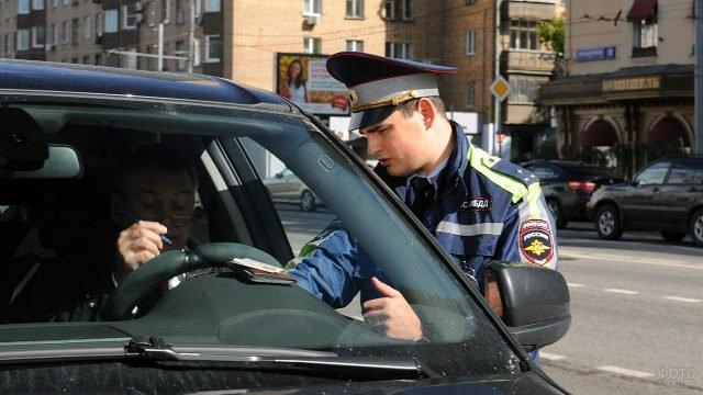 Инспектор ГИБДД разговаривает с водителем