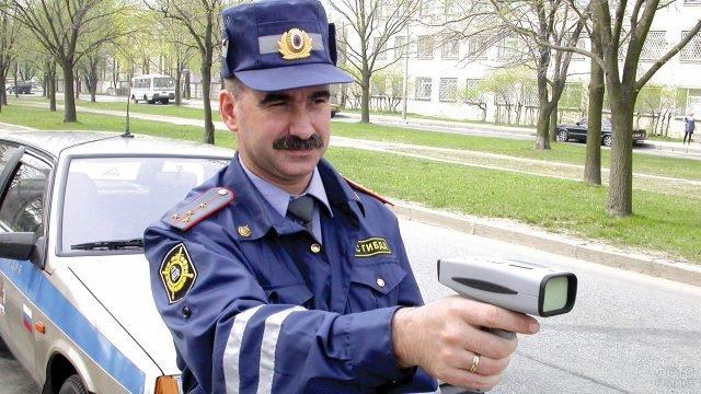 Инспектор ГИБДД с радаром