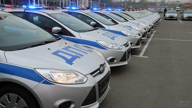 Колонна патрульных машин ГИБДД с включенными мигалками