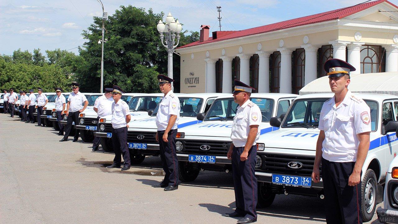 Новые патрульные машины и инспекторы Волгограда в День ГИБДД