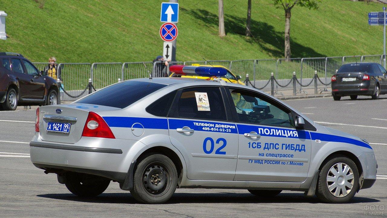 Патрульный форд ГИБДД на улице города