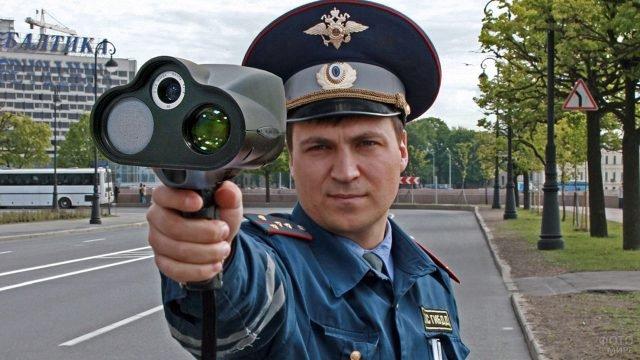 Сотрудник ГИБДД с выставленным вперёд радаром