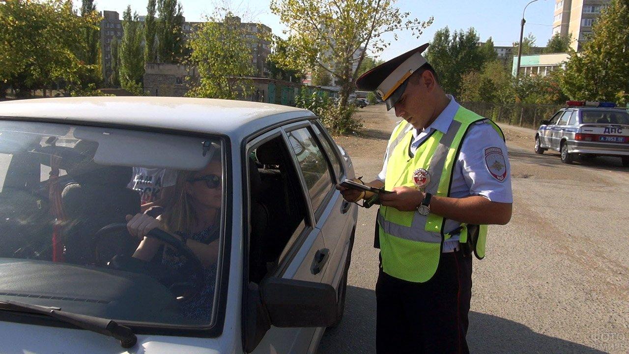 Сотрудник ГИБДД Уфы проверяет документы у автоледи