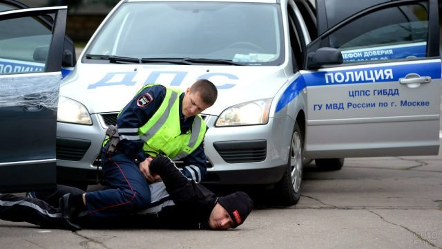 Сотрудник ГИБДД во время задержания нарушителя