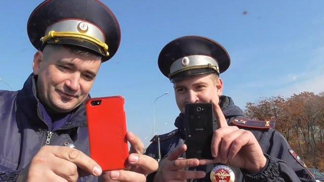 Сотрудники ГИБДД снимают нарушителя на смартфоны