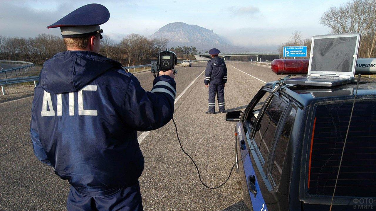 Сотрудники Госавтоинспекции с радаром на трассе