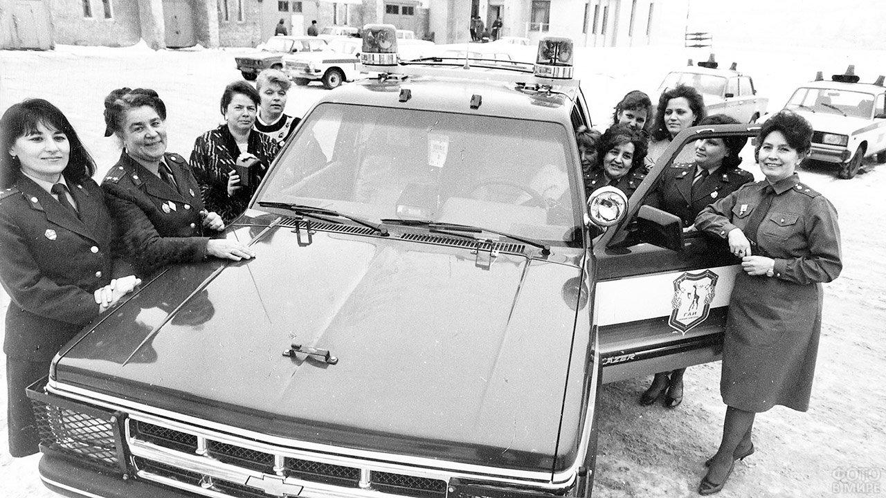 Архивное фото группы сотрудниц ГАИ рядом с патрульным автомобилем