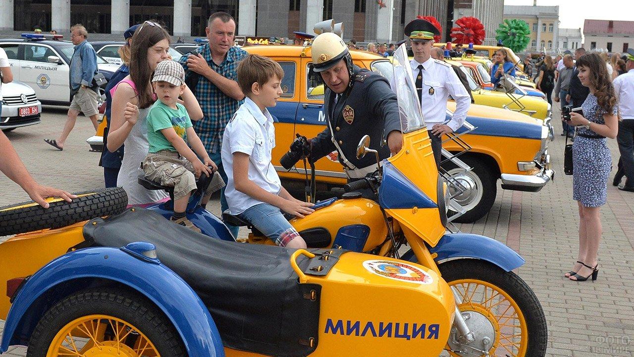 Мальчик на старом милицейском мотоцикле в День ГАИ в Минске