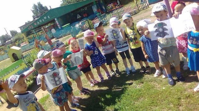 Малыши изучают сигналы светофора в День ГАИ в детском саду