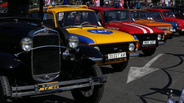 Патрульный автомобиль ГАИ советских времён на выставке ретромобилей в Грузии
