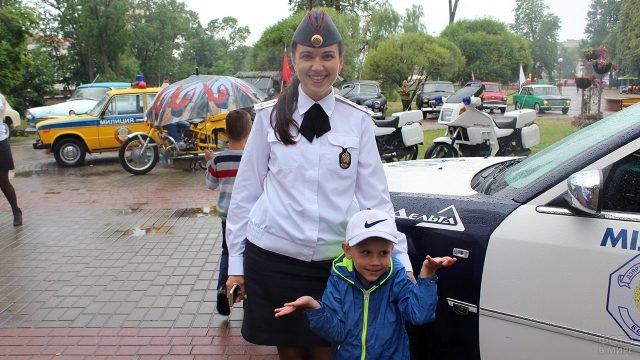 Сотрудница Госавтоинспеции с сыном в День 80-летия ГАИ