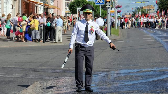 Сотрудник ГАИ в парадной форме регулирует движение в свой профессиональный праздник
