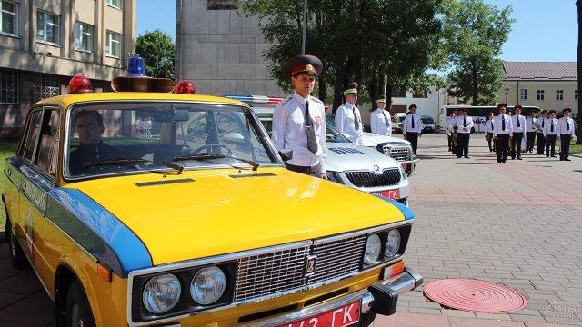 Сотрудники ГАИ и патрульные автомобили разных эпох