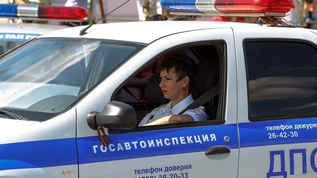 Струдница Госавтоинспекции за рулём патрульного автомобиля