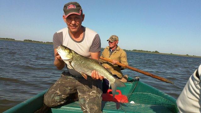 Астраханские рыбаки с уловом на Волге