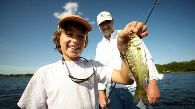 Дед с внуком поймали рыбу