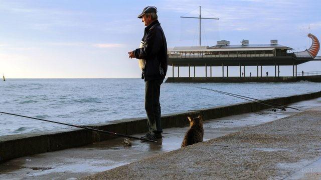 Кот и рыбак на набережной в Ялте