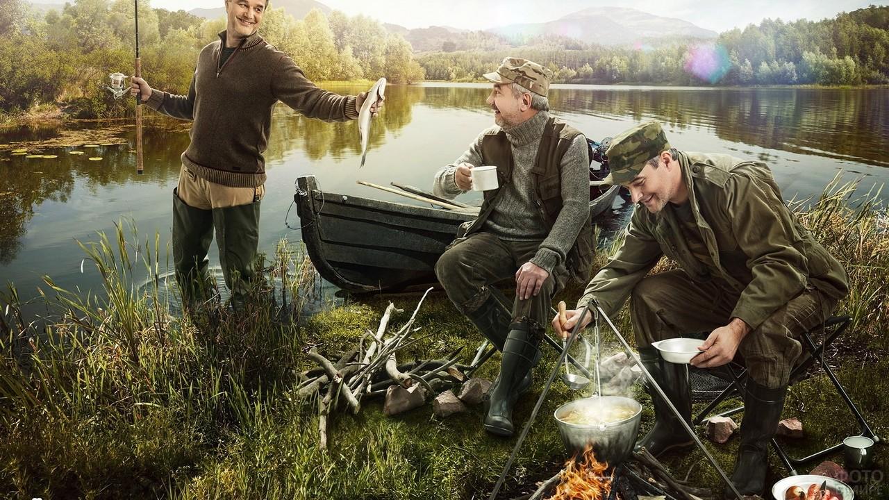 Мужики на рыбалке варят уху из свежепойманной рыбы