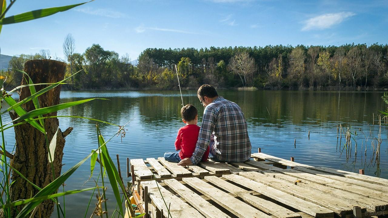 Отец с маленьким сыном на рыбалке