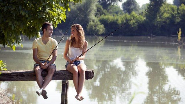 Парочка на рыбалке у сельской речки