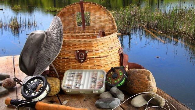 Принадлежности рыбака на природе