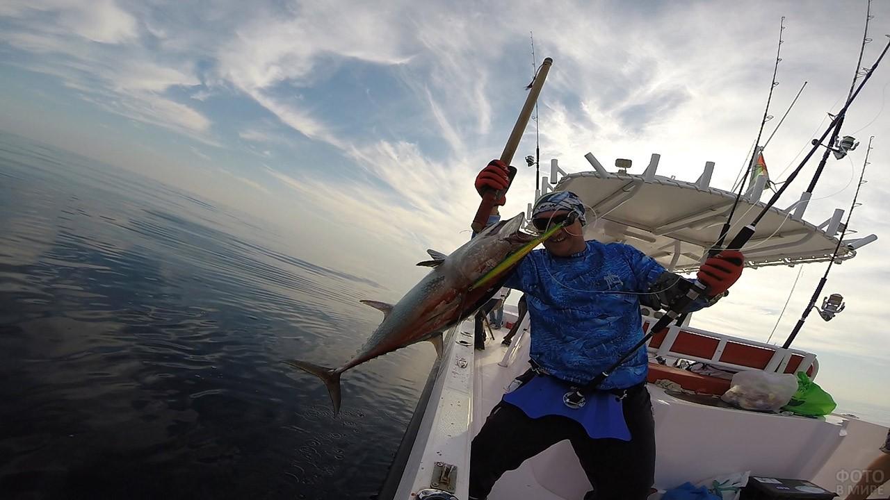 Рыбак с уловом на яхте - глубоководная рыбалка в Эмиратах