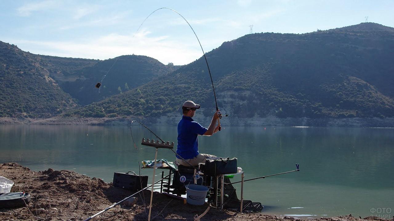 Рыболов-спортсмен на горном озере