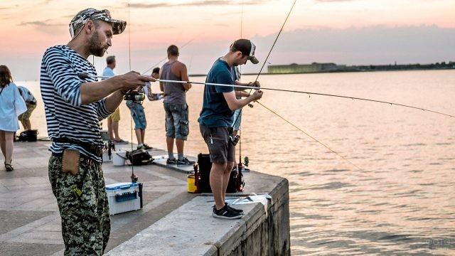 Севастопольские рыбаки на закате дня