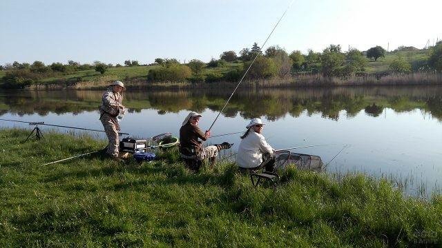 Три рыбака на берегу речки