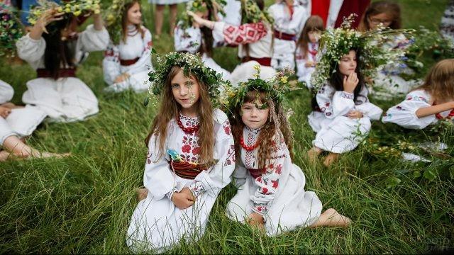 Девочки-славянки в венках на лугу в день Ивана Купалы